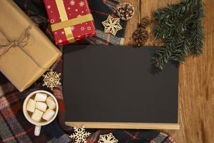 黒板とプレゼントとココアの写真素材 [FYI04666395]