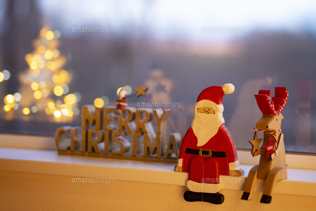 窓辺のクリスマスオーナメントの写真素材 [FYI04666409]