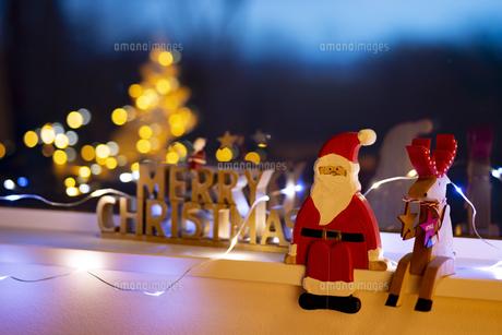 窓辺のクリスマスオーナメントの写真素材 [FYI04666410]