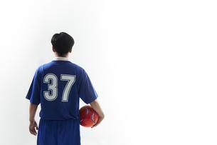 片手にボールを抱えるサッカー選手の後ろ姿の写真素材 [FYI04666650]