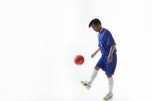 リフティングをするサッカー選手の写真素材 [FYI04666653]