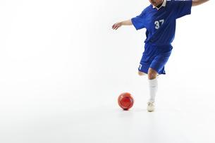 ボールを蹴るサッカー選手の写真素材 [FYI04666658]