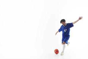 ボールを蹴るサッカー選手の写真素材 [FYI04666659]