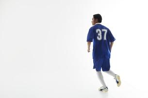 小走りをするサッカー選手の写真素材 [FYI04666660]