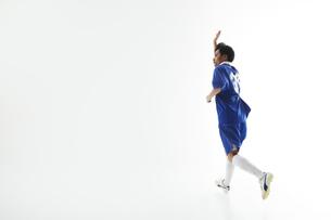 片手を上げるサッカー選手の写真素材 [FYI04666663]