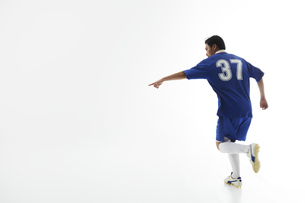 片手で指をさすサッカー選手の写真素材 [FYI04666664]