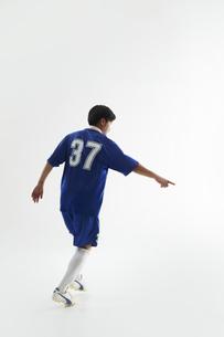 片手で指をさすサッカー選手の写真素材 [FYI04666665]