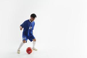 ドリブルをするサッカー選手の写真素材 [FYI04666668]
