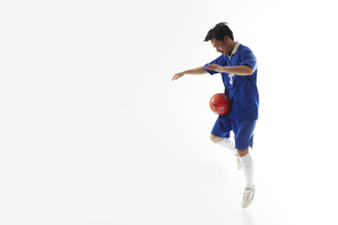 パスを受けるサッカー選手の写真素材 [FYI04666671]