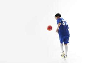 ボールを追いかけるサッカー選手の写真素材 [FYI04666672]