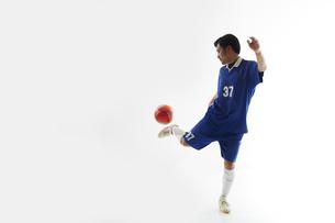 トラップをするサッカー選手の写真素材 [FYI04666677]