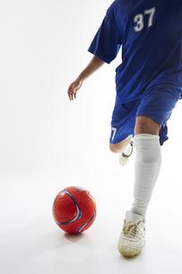 ボールを蹴ろうとするサッカー選手の写真素材 [FYI04666678]