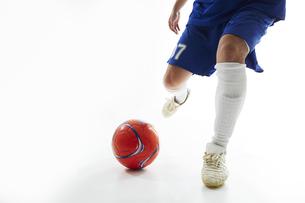 ボールを蹴ろうとするサッカー選手の写真素材 [FYI04666679]