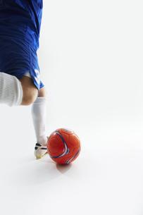 ボールを蹴ろうとするサッカー選手の写真素材 [FYI04666680]