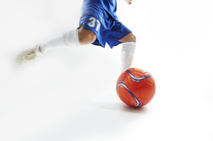 ボールを蹴ろうとするサッカー選手の写真素材 [FYI04666681]