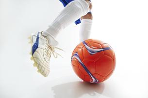 ボールを蹴ろうとするサッカー選手の写真素材 [FYI04666683]