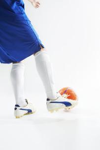 ボールを蹴ろうとするサッカー選手の写真素材 [FYI04666684]