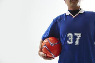 片手でボールを抱えるサッカー選手の写真素材 [FYI04666685]