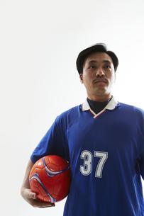片手でボールを抱えるサッカー選手の写真素材 [FYI04666686]