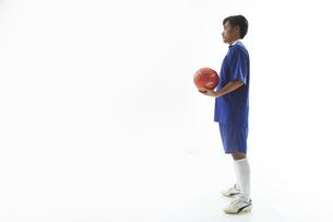 片手でボールを抱えるサッカー選手の写真素材 [FYI04666690]