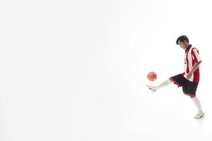 リフティングをするサッカー選手の写真素材 [FYI04666692]