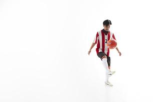 リフティングをするサッカー選手の写真素材 [FYI04666693]