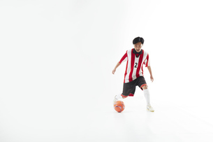 ボールを蹴るサッカー選手の写真素材 [FYI04666696]