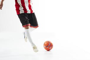 ボールを蹴るサッカー選手の写真素材 [FYI04666698]