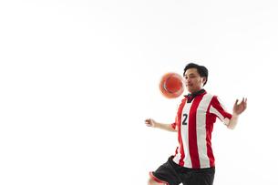 パスを受けるサッカー選手の写真素材 [FYI04666701]