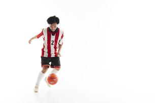 パスを受けるサッカー選手の写真素材 [FYI04666705]