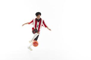 パスを受けるサッカー選手の写真素材 [FYI04666716]