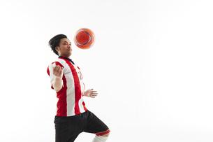胸トラップをするサッカー選手の写真素材 [FYI04666718]
