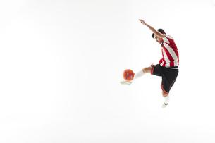 ボレーシュートをするサッカー選手の写真素材 [FYI04666720]