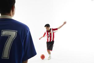 PK戦でサッカーボールを蹴る人とゴールを守る人の写真素材 [FYI04666747]