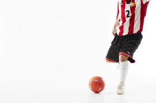 サッカーボールを蹴る人の足の写真素材 [FYI04666748]