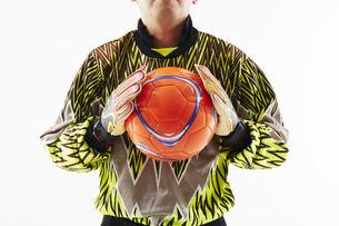 ボールを胸の前で持つゴールキーパーの写真素材 [FYI04666750]