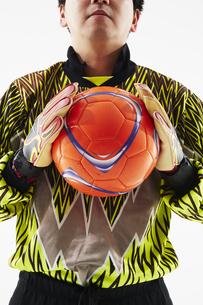 ボールを胸の前で持つゴールキーパーの写真素材 [FYI04666751]