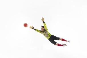 飛び出してボールを掴もうとするゴールキーパーの写真素材 [FYI04666754]