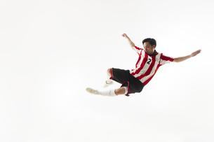スライディングをするサッカー選手の写真素材 [FYI04666755]
