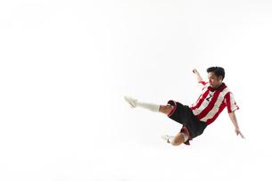 スライディングをするサッカー選手の写真素材 [FYI04666756]