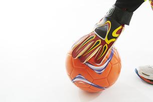 ボールを置くゴールキーパーの手の写真素材 [FYI04666764]
