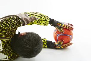 ボールを止めるゴールキーパーの写真素材 [FYI04666771]
