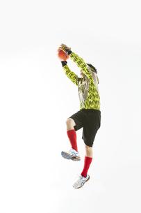 ボールを止めるゴールキーパーの写真素材 [FYI04666772]