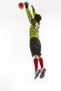 ボールを止めるゴールキーパーの写真素材 [FYI04666773]