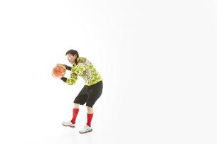 ボールを止めるゴールキーパーの写真素材 [FYI04666782]