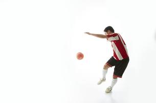 ボールを蹴ろうとするサッカー選手の写真素材 [FYI04666784]