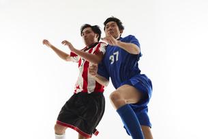 ヘディングで競り合うサッカー選手の写真素材 [FYI04666953]