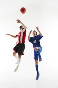 ヘディングで競り合うサッカー選手の写真素材 [FYI04666954]