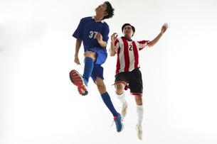 ヘディングで競り合うサッカー選手の写真素材 [FYI04666955]