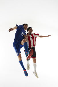 ヘディングで競り合うサッカー選手の写真素材 [FYI04666957]